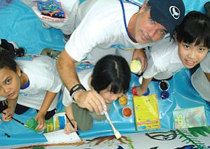 """Wyland with school children on East Coast tour: not some """"snobby artist,"""" he says"""