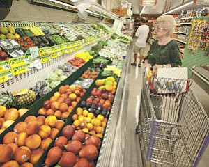Markets: Independent stores like Jim's Fallbrook Market could benefit if grocery store workers strike over a new contract.