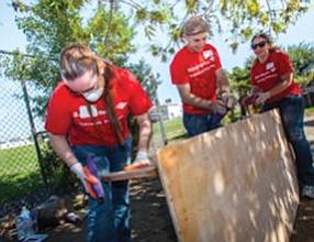 Hands-on: Bank of America employees help spruce up neighborhood