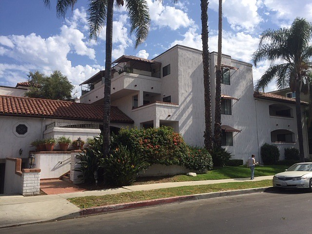 Apartments at 15323 Weddington St. in Sherman Oaks.