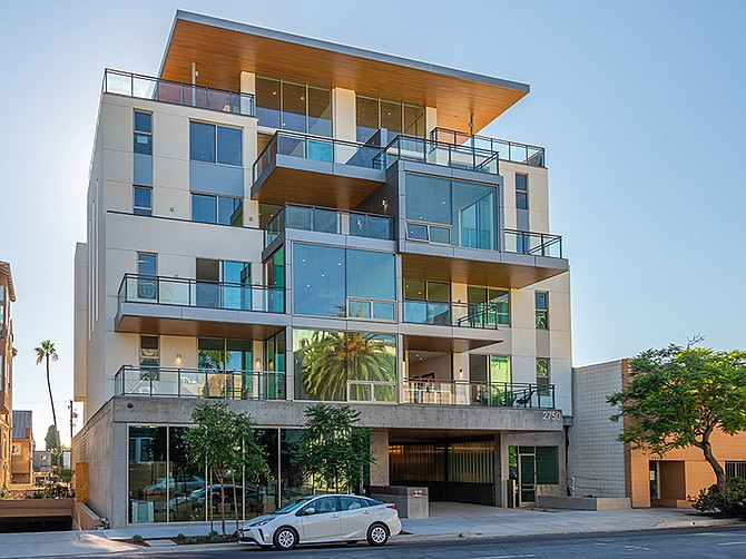 Photos courtesy of Eric @ Unforgettable Studio. This Bankers Hill condominium project designed by Safdie Rabines Architects was built on two lots with different zoning requirements.
