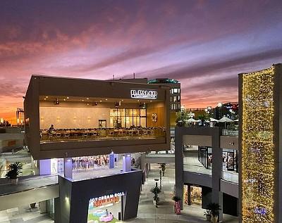 El centro de entretenimiento Source en Beach Boulevard en Buena Park